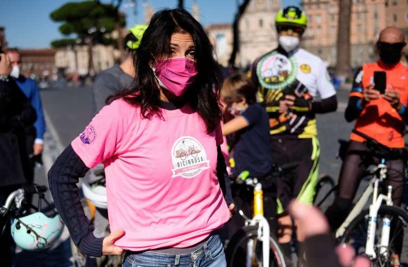 virginia raggi bici in rosa 1