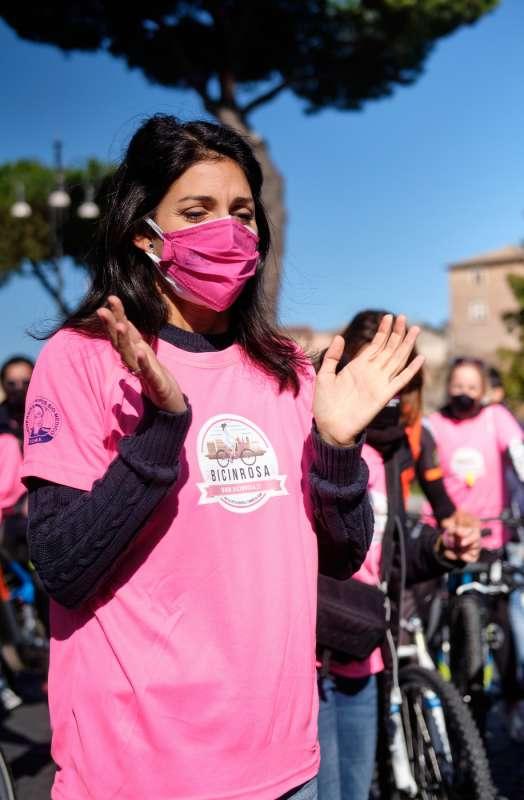 virginia raggi bici in rosa
