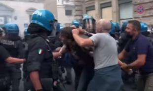 agente in borghese picchia manifestante scontri roma