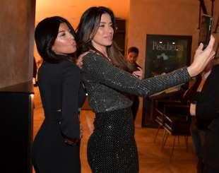 ayda yespica e zara linares si fanno un selfie foto di bacco (3)