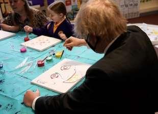 boris johnson mostra il suo talento con la pittura 2