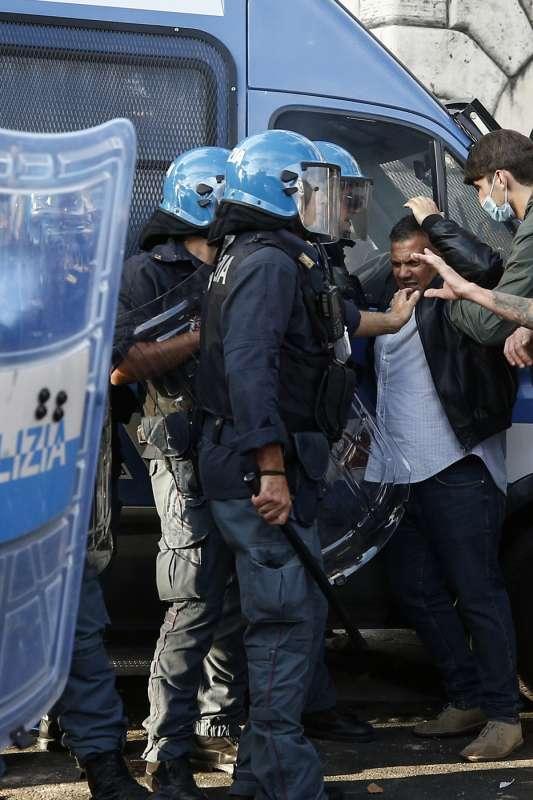 manifestazione no green pass a roma 77