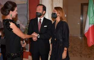 marisela federici saluta l ambasciatore viktor elbling e la moglie nuria sanz foto di bacco
