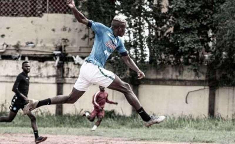 osimhen gioca una partita in nigeria con la maglia del napoli