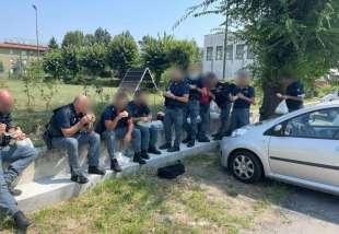 poliziotti senza green pass pranzano all'aperto