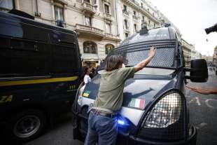 roma, scontri durante la manifestazione dei no green pass 1