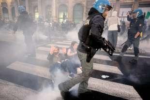 roma, scontri durante la manifestazione dei no green pass 10
