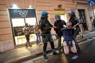 roma, scontri durante la manifestazione dei no green pass 12