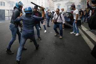 roma, scontri durante la manifestazione dei no green pass 13