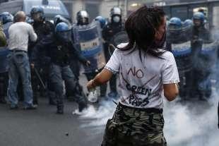 roma, scontri durante la manifestazione dei no green pass 14