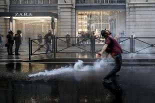 roma, scontri durante la manifestazione dei no green pass 15