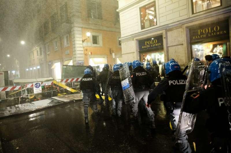 roma, scontri durante la manifestazione dei no green pass 2