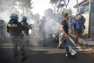 roma, scontri durante la manifestazione dei no green pass 3