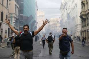 roma, scontri durante la manifestazione dei no green pass 4