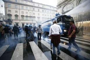 roma, scontri durante la manifestazione dei no green pass 5