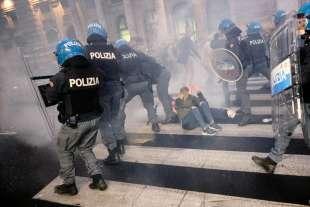 roma, scontri durante la manifestazione dei no green pass 7