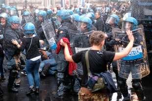 roma, scontri durante la manifestazione dei no green pass 8