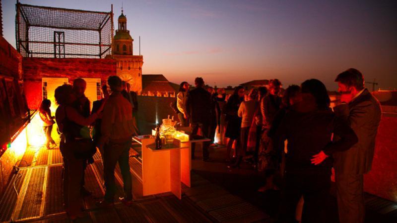 Aperitivo serale sui ponteggi della basilica di san petronio a ...