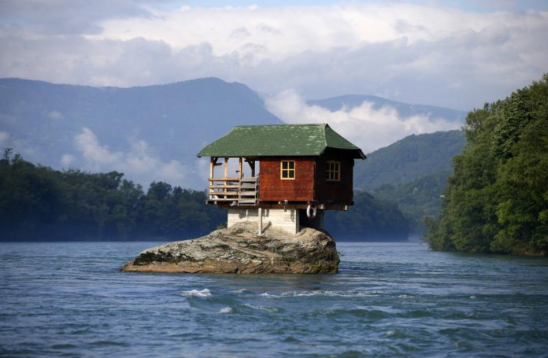 Una casa costruita su uno spuntone di roccia sulle coste for Ottenere una casa costruita