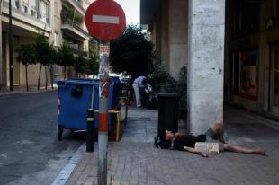 tossico greco chiede soldi in strada