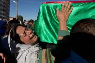 donna curda piange