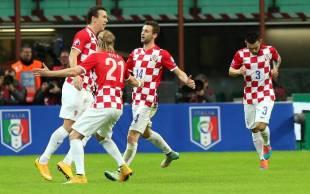 Perisic (s) esulta coi compagni dopo aver pareggiato per la Croazia