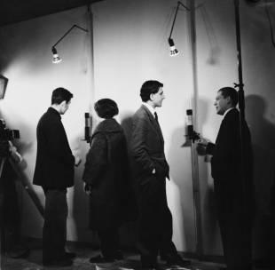 """piero manzoni 5 inaugurazione della mostra personale """"linee"""" di manzoni alla galleria azimut milano dicembre 1959. photo u. lucas."""