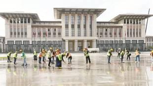 pulire il marmo davanti al palazzo di erdogan