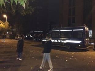 tor sapienza, sassi contro il centro immigrati. cariche della polizia e feriti 29