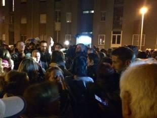 tor sapienza, sassi contro il centro immigrati. cariche della polizia e feriti 30