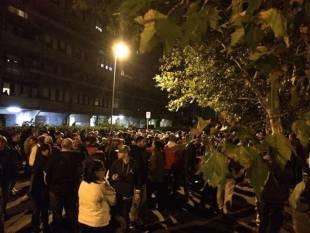 tor sapienza, sassi contro il centro immigrati. cariche della polizia e feriti 33