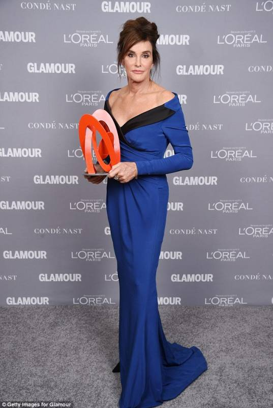 caitlyn jenner con il premio glamour women of the year awards