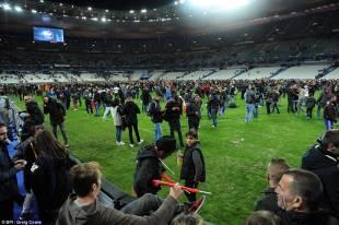 tifosi tedeschi e francesi in attesa di essere evacuati