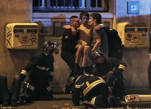 vigili del fuoco aiutano un ferito del bataclan