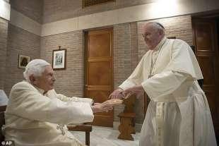 benedetto xvi riceve francesco