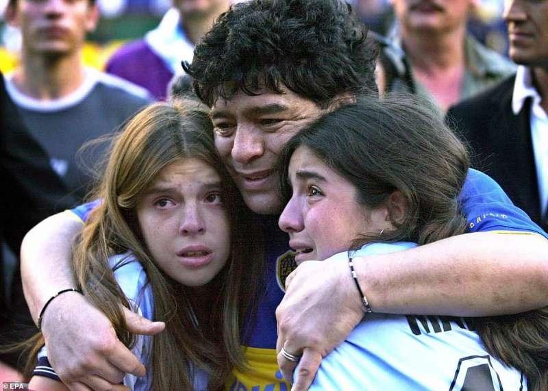 diego armando maradona e le figlie nel 2001