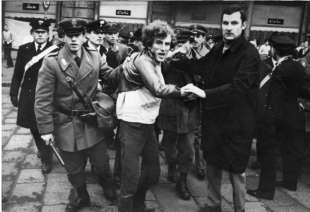 luigi calabresi ferma un manifestante