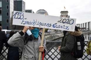 marcia contro le restrizioni anti coroanvirus a berlino 8