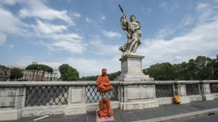 finti fachiri statue viventi a roma