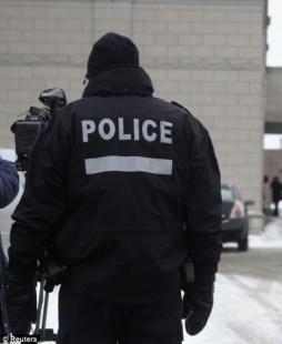 Polizia e fotografi hanno piantonato la chiesa