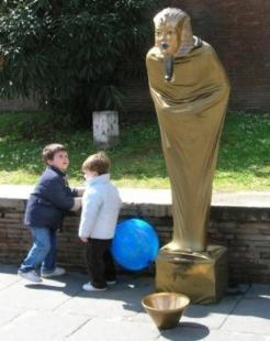 sfinge statua vivente ai fori imperiali