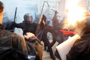 milano gli scontri fra studenti e polizia al pirellone 33
