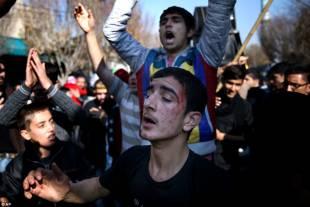 pakistani si flagellano in ricordo del nipote del profeta 4