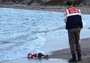 il corpo del bambino siriano aylan kurdi