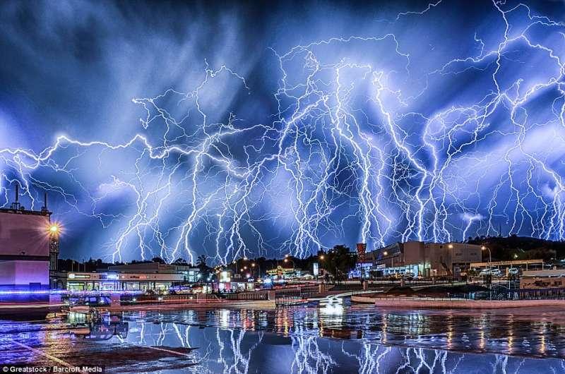 [IMG]http://www.dagospia.com/img/foto/12-2015/tempesta-di-fulmini-a-johannesburg-sud-africa-747045.jpg[/IMG]