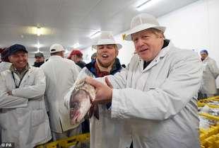 boris johnson al mercato del pesce di grimsby