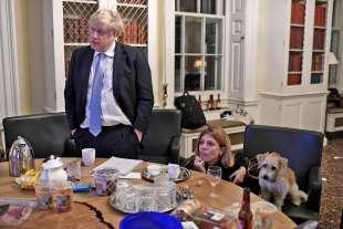 boris johnson aspetta i risultati delle elezioni con il cane dilyn e la fidanzata carrie symonds
