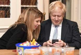 boris johnson e la fidanzata carrie symonds sorridenti per i risultati delle elezioni
