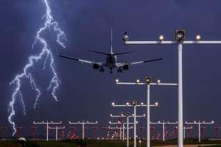 fulmine colpisce aereo 7