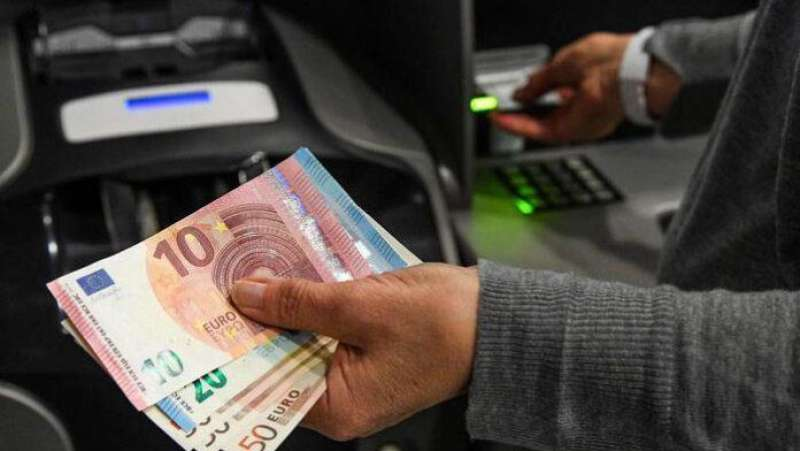 bancomat sputa soldi 1